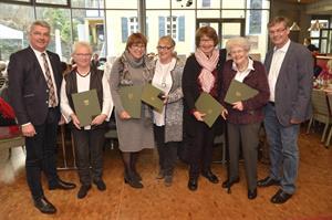 Sechs Ehrennadeln für die Damen vom Kinderschutzbund