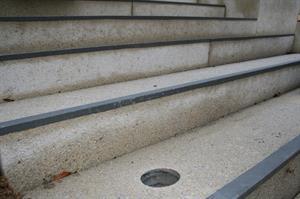 Handlauf an der Bensberger Schlosstreppe wird installiert