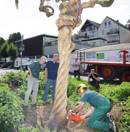 Baum am Haken - Hängeschnurbaum schwebt in Kulturhaus-Park